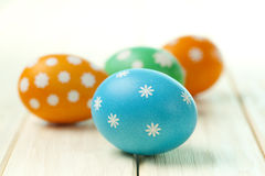 Quatro ovos da páscoa coloridos Fotos de Stock