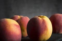 Quatro pêssegos frescos saudáveis Imagem de Stock