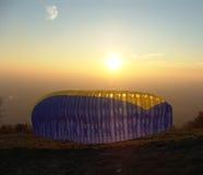 Quatro paraglidings Imagem de Stock