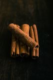 Quatro partes de especiaria da canela na madeira escura Foto de Stock