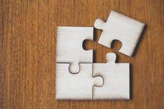 4 quatro partes marrons de enigma na tabela de madeira, última parte de gabarito imagem de stock royalty free