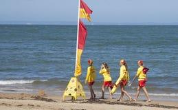 Quatro patrulhamentos e bandeiras das meninas do salvamento da ressaca Fotografia de Stock Royalty Free