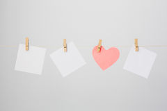 Três notas brancas e uma nota Coração-dada forma Fotografia de Stock