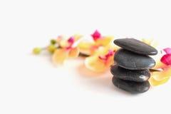 Quatro pedras para tratamentos dos termas e flores da orquídea imagem de stock