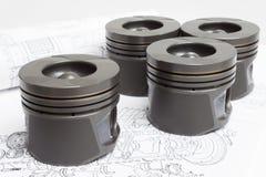 Quatro pistões idênticos no fundo branco motor a combustão interna de reposição Fotografia de Stock