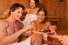 Quatro povos ou amigos na sauna Imagem de Stock