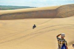 Quatro que rodam as dunas brancas em Mui Ne Foto de Stock Royalty Free
