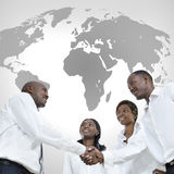 Quatro sócios comerciais africanos agitam as mãos Fotos de Stock Royalty Free