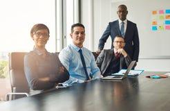 Quatro sócios comerciais bem sucedidos seguros fotografia de stock