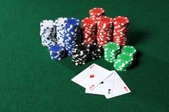 Quatro ás e microplaquetas do póquer Foto de Stock