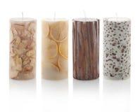 Quatro scented as velas isoladas no fundo branco Com trajetos do picosegundo Imagem de Stock