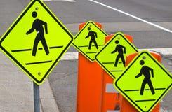 Quatro sinais de aviso do tráfego de pedestre Fotografia de Stock