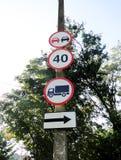 Quatro sinais de estrada na coluna imagens de stock royalty free