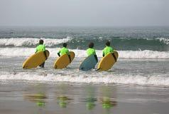 Quatro surfistas imagens de stock royalty free
