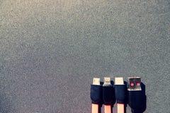 Quatro tipos de cabos de carregamento na frente do fundo preto com espaço da cópia fotografia de stock royalty free