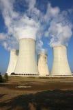 quatro torres refrigerando da central energética nuclear imagens de stock