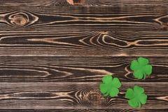 Quatro trevos da folha no fundo de madeira Fotos de Stock Royalty Free