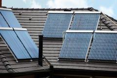 Quatro tubos térmicos solares no telhado Foto de Stock Royalty Free