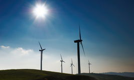 Quatro turbinas de vento imagens de stock royalty free