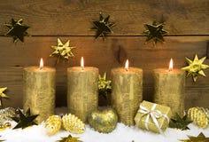 Quatro velas ardentes douradas do Natal para a decoração do advento Imagens de Stock Royalty Free