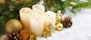 Quatro velas do advento e decorações ardentes do Natal Foto de Stock Royalty Free