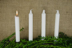 Quatro velas do advento em um fundo da serapilheira Fotos de Stock