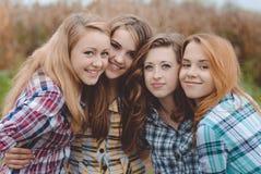 Quattro adolescenti stupefacenti sorridenti felici che hanno Immagini Stock Libere da Diritti