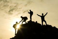 Quattro alpinisti sulla sommità Fotografia Stock