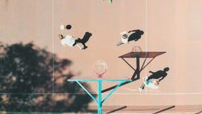 Quattro amici adatti che giocano pallacanestro sulla corte nella via stock footage