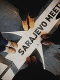 Quattro amici che prendono le immagini dei loro piedi a Sarajevo fotografia stock libera da diritti