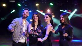Quattro amici con champagne e le stelle filante archivi video