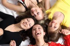 Quattro amici di ragazze hanno divertimento Fotografia Stock