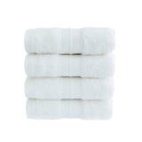 Quattro asciugamani di bagno bianchi in pila isolata sopra bianco Fotografia Stock Libera da Diritti