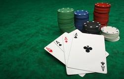 Quattro assi con i chip di gioco Immagine Stock