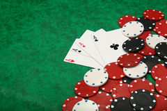 Quattro assi con i chip di gioco Fotografia Stock