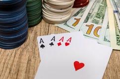 Quattro assi con i chip ed il dollaro americano Fotografia Stock