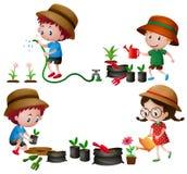Quattro bambini che innaffiano e che piantano gli alberi Immagini Stock Libere da Diritti