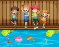 Quattro bambini divertendosi dallo stagno di pesce royalty illustrazione gratis