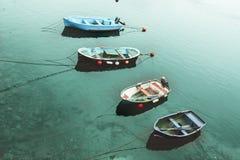 Quattro barche nel mare del turchese fotografia stock