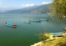 Quattro barche turistiche vuote sul lago Pheva, Mountain View Fotografia Stock Libera da Diritti