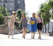 Quattro belle ragazze di modo che camminano sulla via Immagine Stock Libera da Diritti