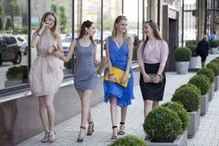 Quattro belle ragazze di modo che camminano sulla via Fotografia Stock Libera da Diritti