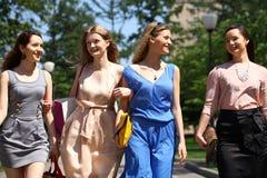 Quattro belle ragazze di modo che camminano sulla via Immagini Stock Libere da Diritti