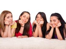 Quattro belle ragazze sul pavimento Fotografia Stock Libera da Diritti