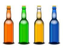 Quattro bottiglie di birra variopinte su bianco Illustrazione di Stock