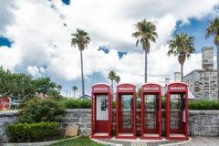 Quattro cabine telefoniche rosse sulle Bermude Immagini Stock Libere da Diritti