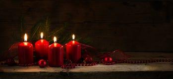 Quattro candele brucianti rosse per il quarto arrivo, decori di natale Fotografia Stock