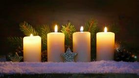 Quattro candele di arrivo e decorazioni brucianti di Natale video d archivio