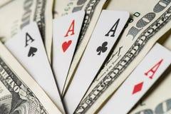 Quattro carte da gioco del poker degli assi fra U S Dollari Fotografia Stock Libera da Diritti