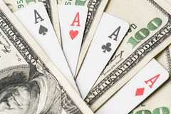 Quattro carte da gioco del poker degli assi fra U S Dollari Fotografia Stock